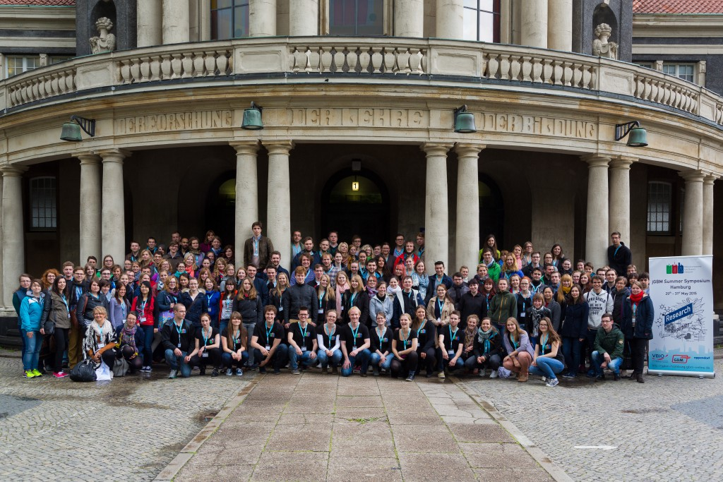 Teilnehmer des Junior GBM-Sommersymposiums 2015 in Hamburg vor dem Hauptgebäude der Universität Hamburg